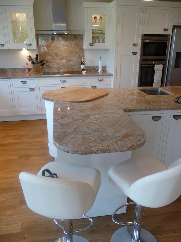 Kashmir Ivory Granite Worktops Cocinas de estilo clásico de Marbles Ltd Clásico
