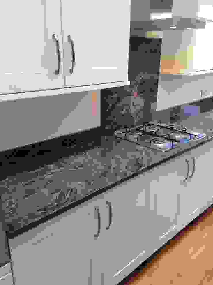 Silver Forest Granite Worktops Cocinas de estilo clásico de Marbles Ltd Clásico