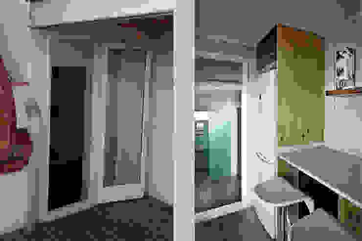 Entrada a la cocina y vista del recibidor y del baño de mobla manufactured architecture scp