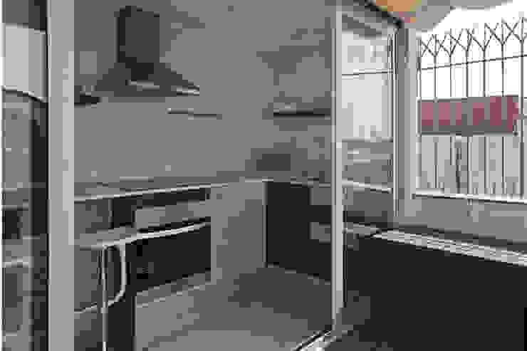 Cocina abierta a terraza Cocinas de estilo mediterráneo de mobla manufactured architecture scp Mediterráneo
