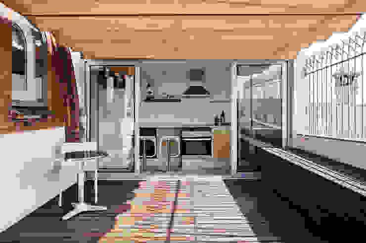 Cocina con acceso a terraza Cocinas de estilo mediterráneo de mobla manufactured architecture scp Mediterráneo