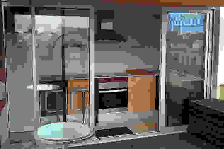 Cocina con puertas de acceso a la terraza Cocinas de estilo mediterráneo de mobla manufactured architecture scp Mediterráneo