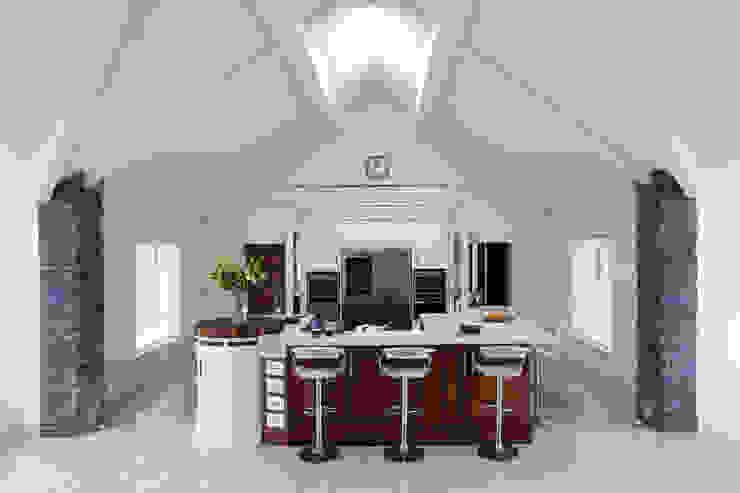 Walnut and Cream Kitchen Modern kitchen by Designer Kitchen by Morgan Modern
