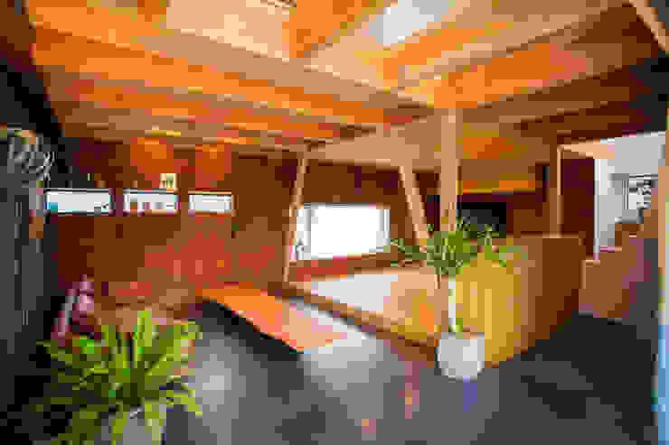 TMS オリジナルデザインの リビング の ZOYA Design Office オリジナル 木 木目調