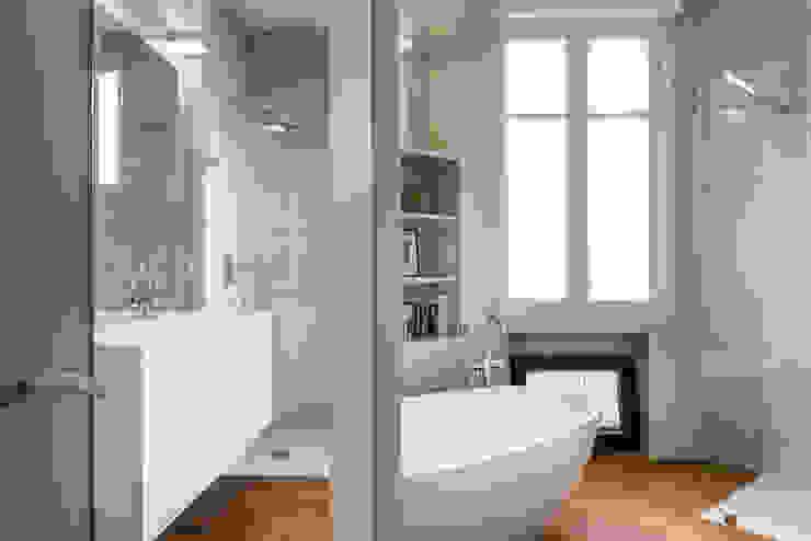 Salle de bain design Salle de bain moderne par Decorexpat Moderne