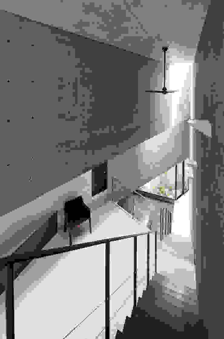 内観:吹抜け ミニマルデザインの リビング の プライム建築都市研究所 ミニマル