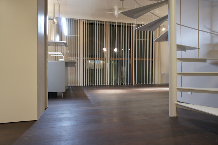 Air flap ―窓というには大きすぎる!オープンエアーな空間― モダンデザインの リビング の 一級建築士事務所オブデザイン モダン