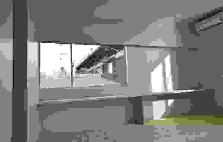Air flap ―窓というには大きすぎる!オープンエアーな空間― 北欧スタイルの 寝室 の 一級建築士事務所オブデザイン 北欧