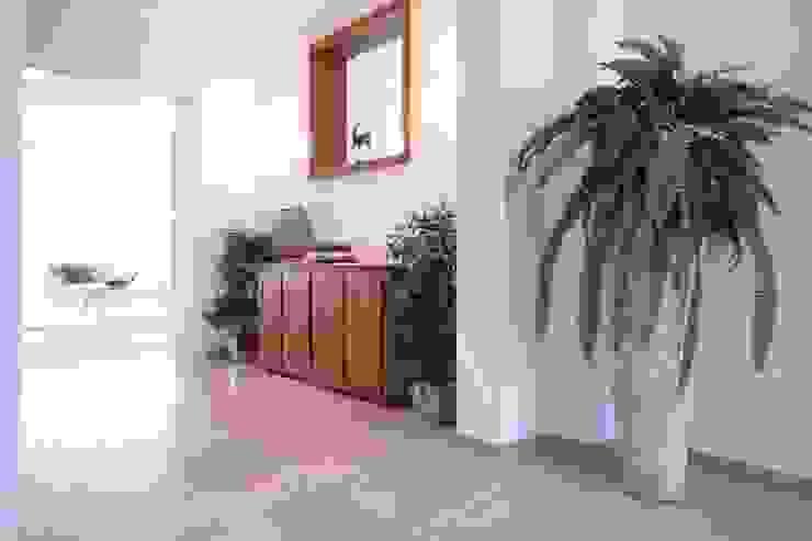 Pasillos y vestíbulos de estilo  por Home Staging Cornelia Reichel, Mediterráneo