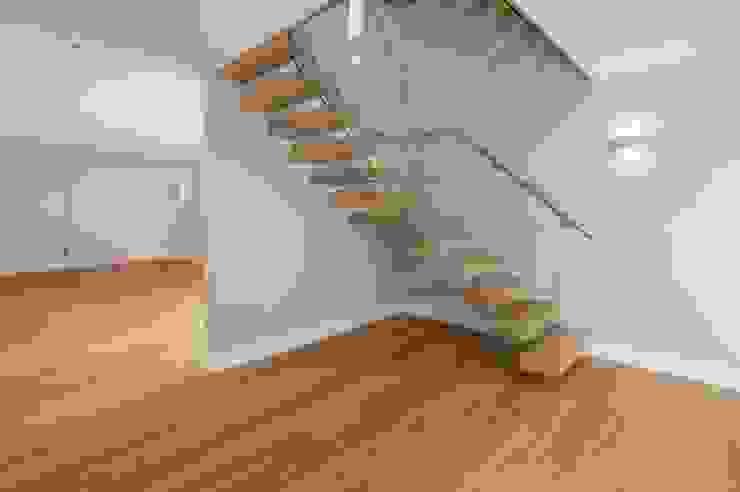 Free Standing Glass and timber Stairs Corredores, halls e escadas minimalistas por Sarum Glass Ltd Minimalista