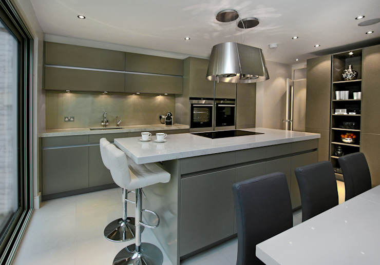Grey Kitchen with Island Cocinas de estilo moderno de Elan Kitchens Moderno