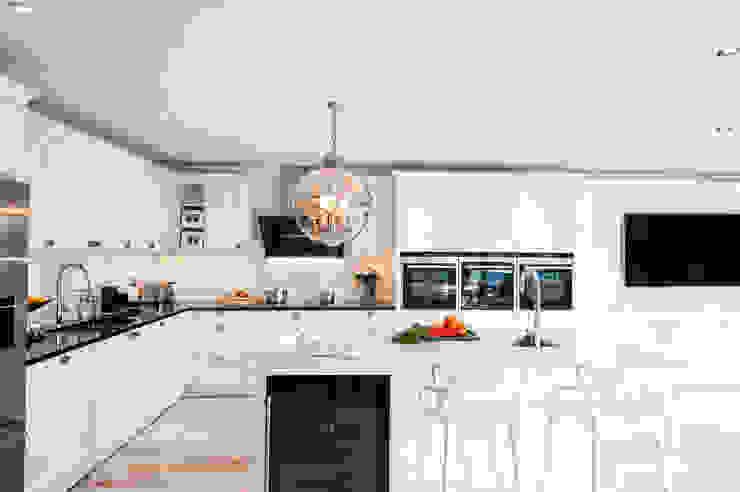Urban Theme Bristol White Modern kitchen by Urban Myth Modern