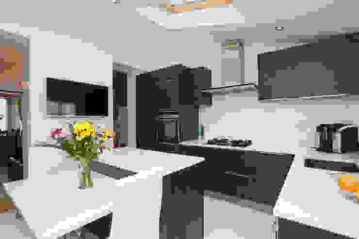 Terra Oak modern wood effect kitchen LWK London Kitchens 現代廚房設計點子、靈感&圖片