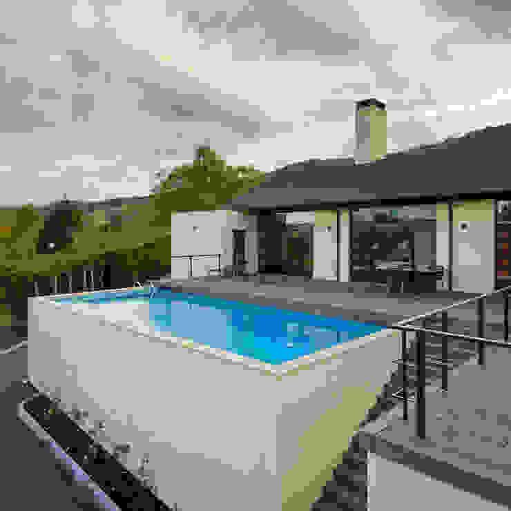 Piscina y zona de estar sobre garaje Casas de estilo moderno de DECONS GKAO S.L. Moderno