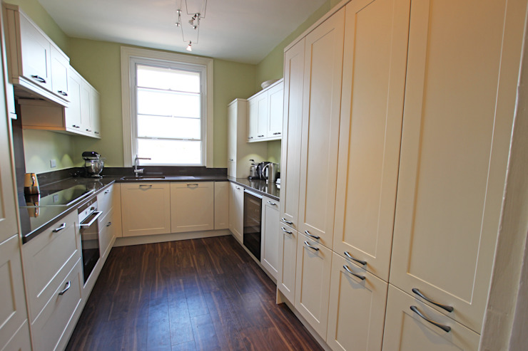 Framed cream matt laminate kitchen​ Cocinas de estilo rural de LWK London Kitchens Rural