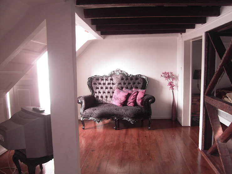 BEFORE - living room - Lisbon studio for short rental por Staging Factory