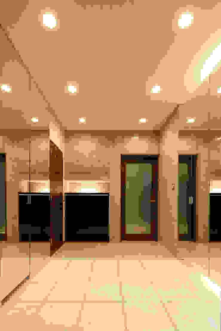 Modern corridor, hallway & stairs by 鈴木賢建築設計事務所/SATOSHI SUZUKI ARCHITECT OFFICE Modern