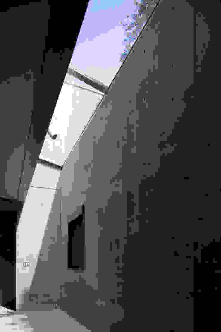 Salas de estar modernas por 鈴木賢建築設計事務所/SATOSHI SUZUKI ARCHITECT OFFICE Moderno