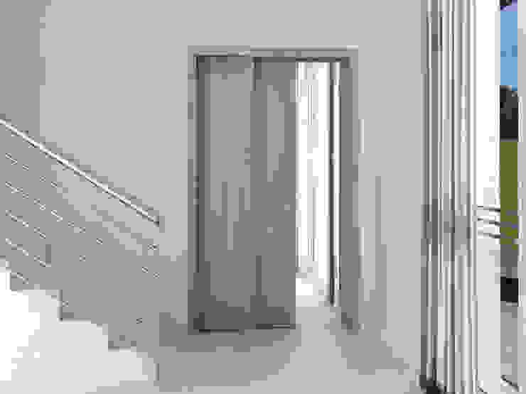 Casoneto mod. Raffaello Puertas y ventanas de estilo moderno de PUERTAS CALVENTE S.C.P. Moderno