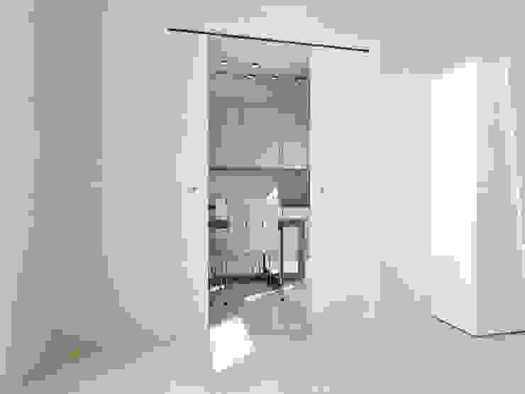 Casoneto mod. Donatllo Puertas y ventanas de estilo moderno de PUERTAS CALVENTE S.C.P. Moderno
