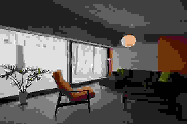 雁木のある家 オリジナルデザインの リビング の YASUO TERUI Architects Inc. オリジナル