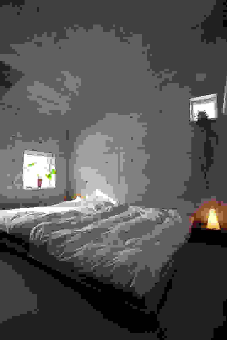 雁木のある家 オリジナルスタイルの 寝室 の YASUO TERUI Architects Inc. オリジナル