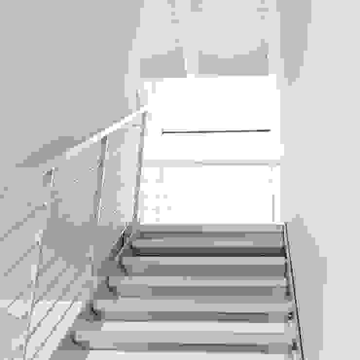 Dittongo architetti 現代風玄關、走廊與階梯