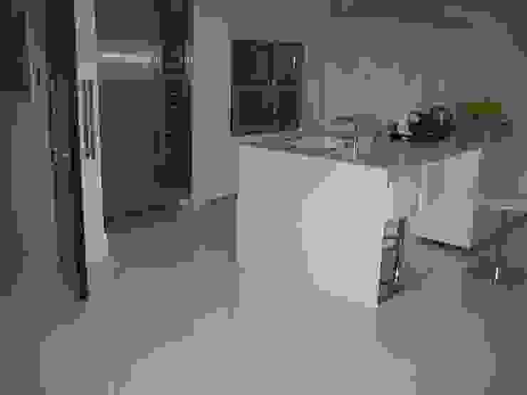 White Japonais: floors, steps in a mansion Modern dining room by Stoneville (UK) Ltd Modern