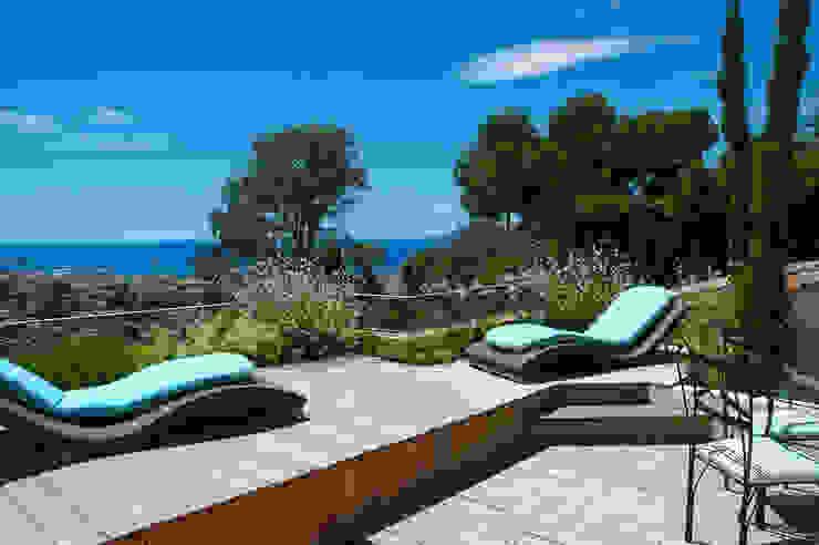Terrasse avec vue sur la baie de Cannes Balcon, Veranda & Terrasse méditerranéens par Exterior Design Méditerranéen