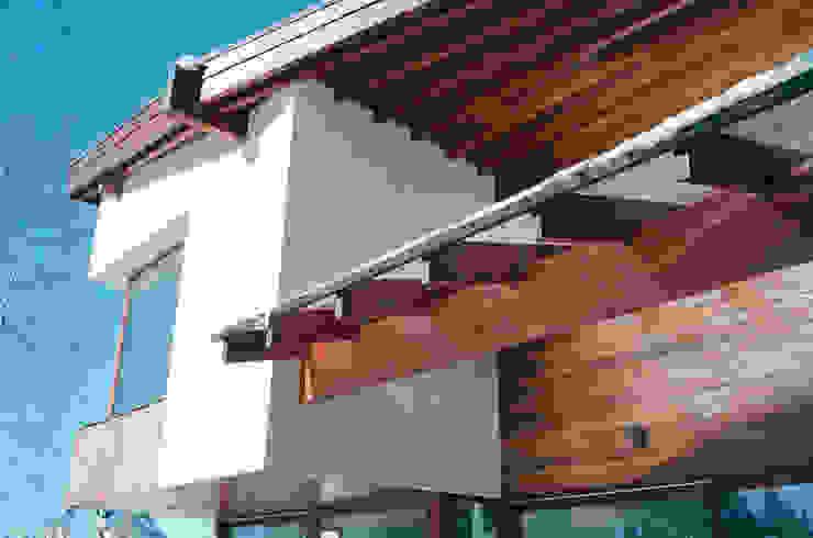 Современный дом с малым углом кровли и панорамным остеклением Дома в скандинавском стиле от АВК Скандинавский