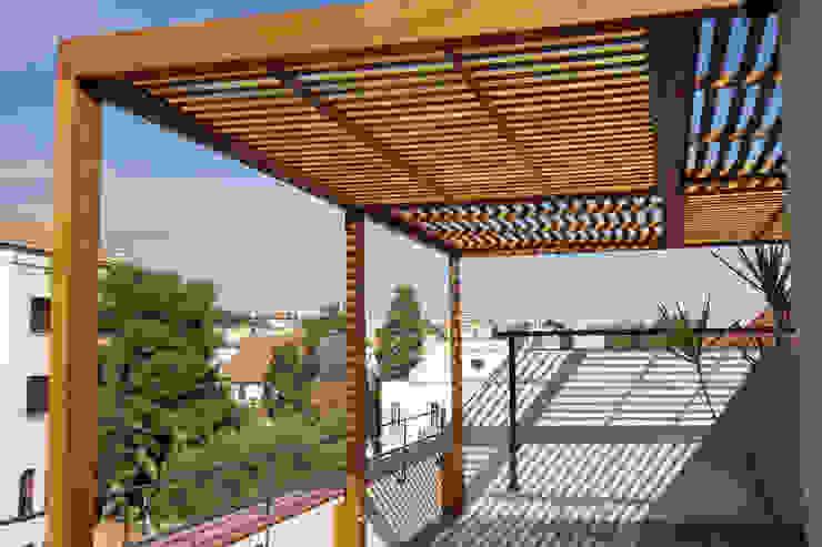Pérgola para terraza de un piso en Barcelona Balcones y terrazas de estilo colonial de mobla manufactured architecture scp Colonial