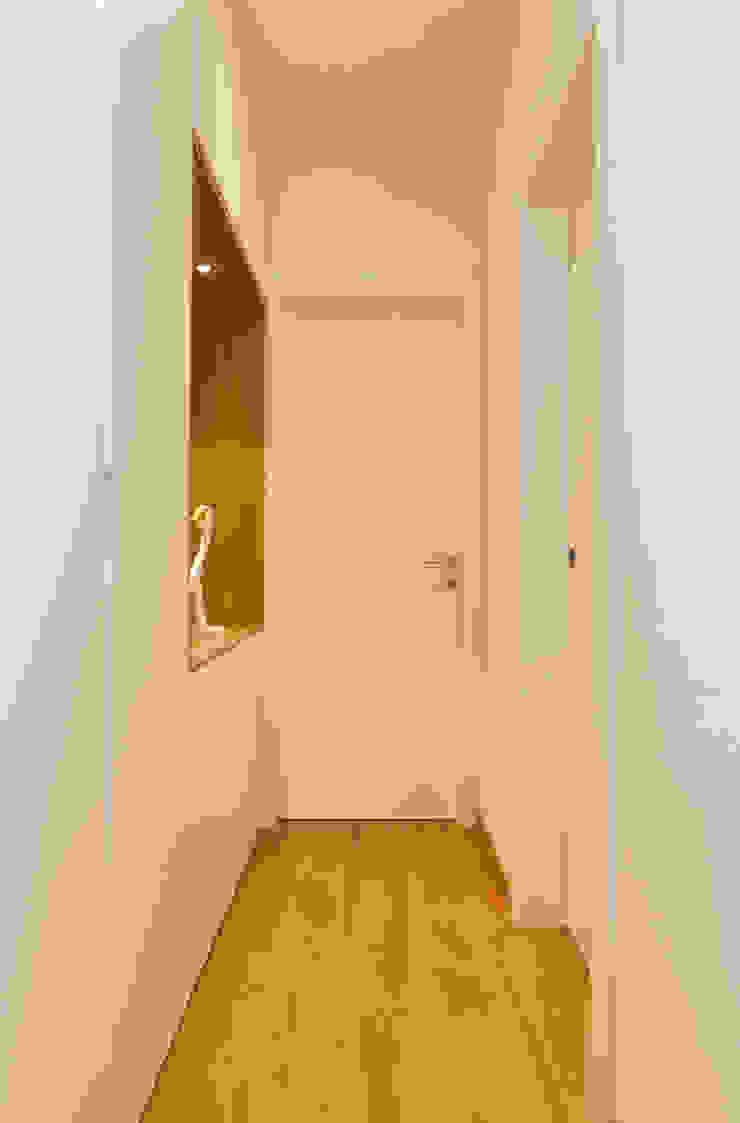 Moderne gangen, hallen & trappenhuizen van micheladesalvadori architetto Modern