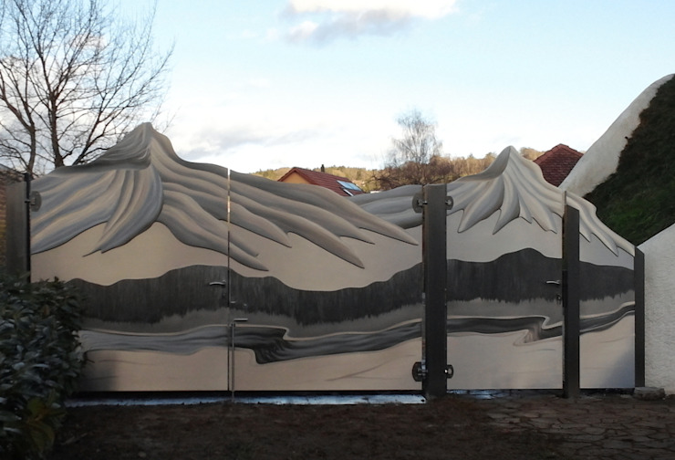 Jardines de estilo moderno de Edelstahl Atelier Crouse - individuelle Gartentore Moderno Metal