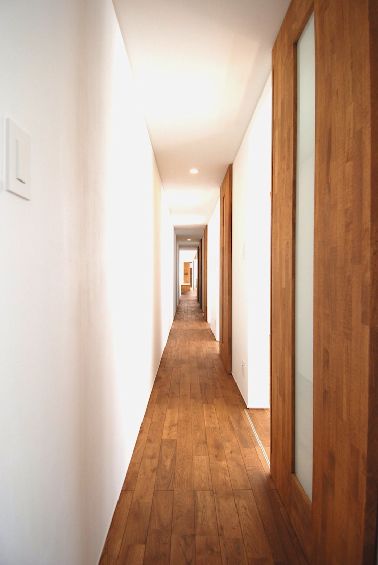 Modern Corridor, Hallway and Staircase by 株式会社PLUS CASA Modern