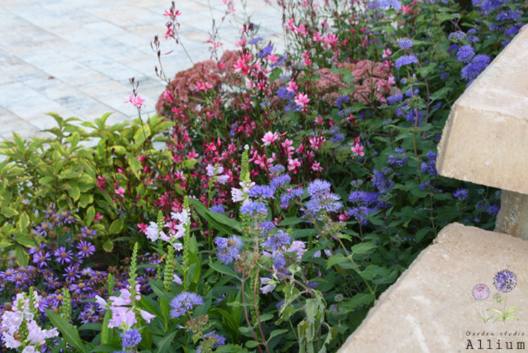 Country style garden by Garden Studio Allium Country
