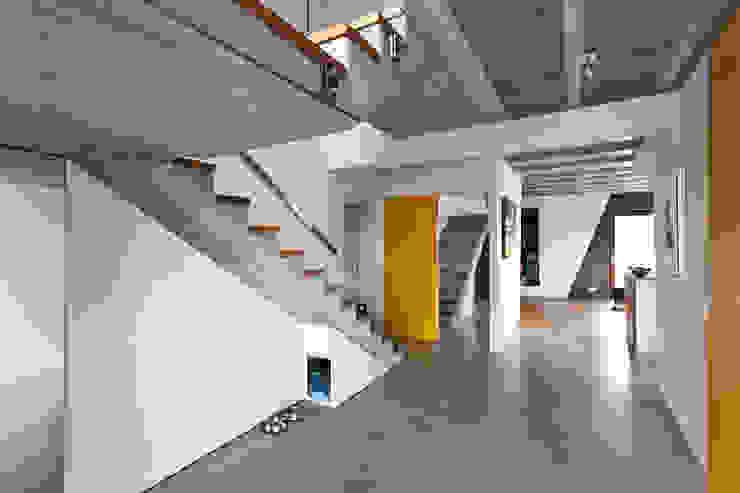 Beam & Block House Nowoczesny korytarz, przedpokój i schody od mode:lina™ Nowoczesny