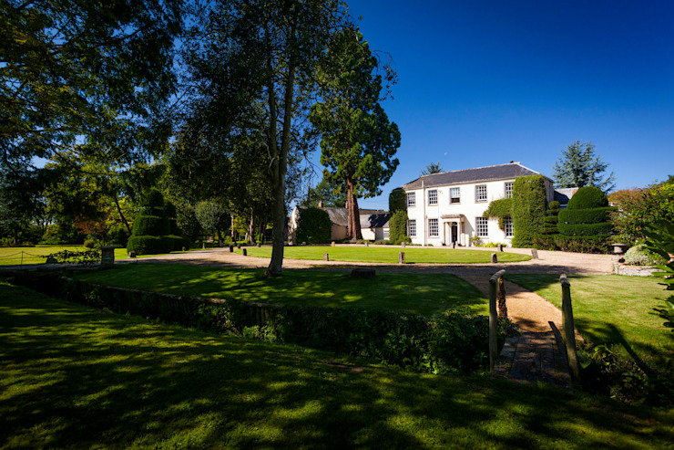 A winding path Classic style garden by Alasdair Cameron Design Classic