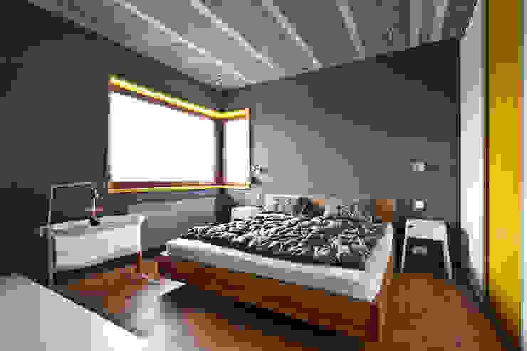 Beam & Block House Nowoczesna sypialnia od mode:lina™ Nowoczesny