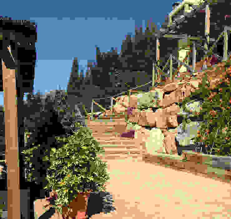Vallas y pergolas homify Balcones y terrazas mediterráneos