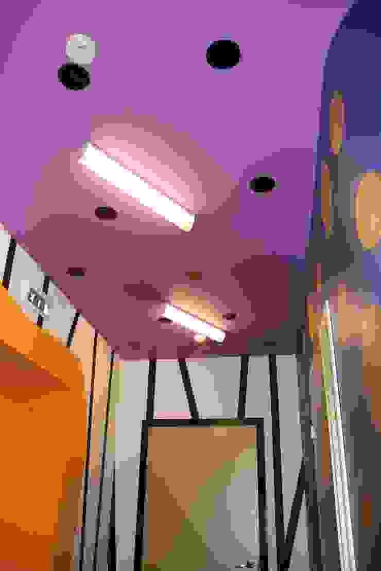 Детский садик <q>СЕМА</q> Коридор, прихожая и лестница в эклектичном стиле от Anna Vladimirova Эклектичный