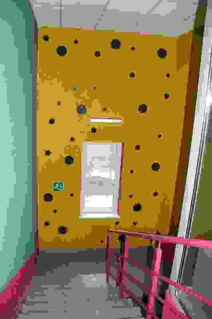 Детский садик <q>СЕМА</q> Коридор, прихожая и лестница в стиле минимализм от Anna Vladimirova Минимализм