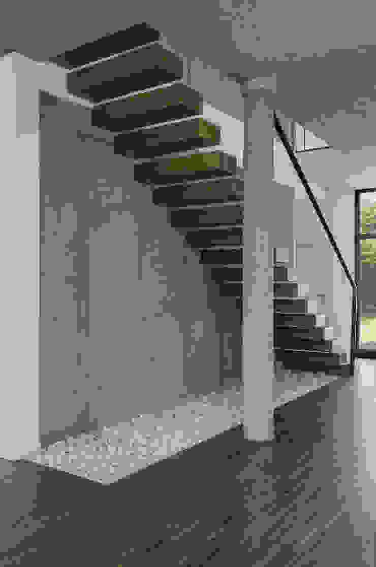 KLATKA SCHODOWA Nowoczesny korytarz, przedpokój i schody od PAWEL LIS ARCHITEKCI Nowoczesny
