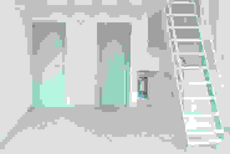 Гостиная в скандинавском стиле от Estudio de Arquitectura Sra.Farnsworth Скандинавский