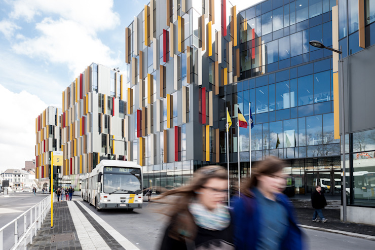 Zicht vanaf de bushalte op hoofdingang federale diensten Moderne kantoorgebouwen van Abscis Architecten bvba Modern