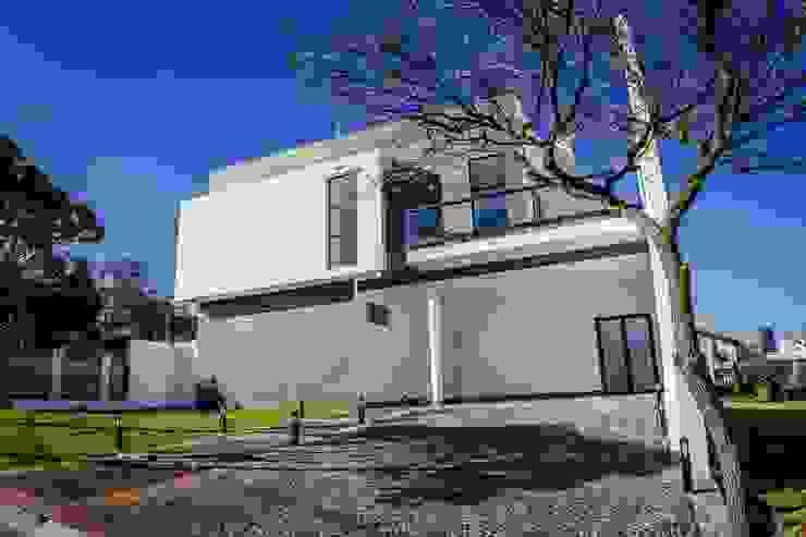 Fachada Frontal Casas minimalistas por HAUS Minimalista