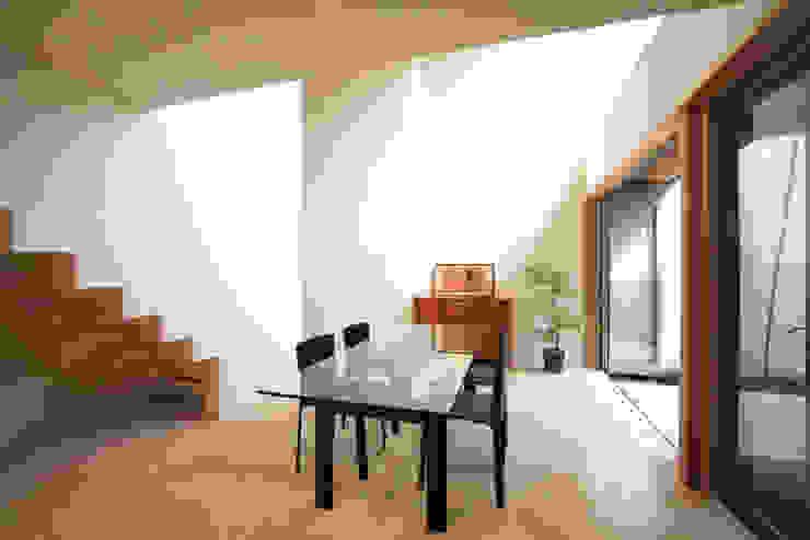 Salas de entretenimiento de estilo  por アーキシップス古前建築設計事務所, Moderno