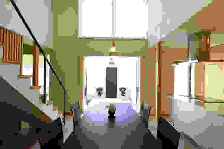 Modern dining room by アーキシップス古前建築設計事務所 Modern