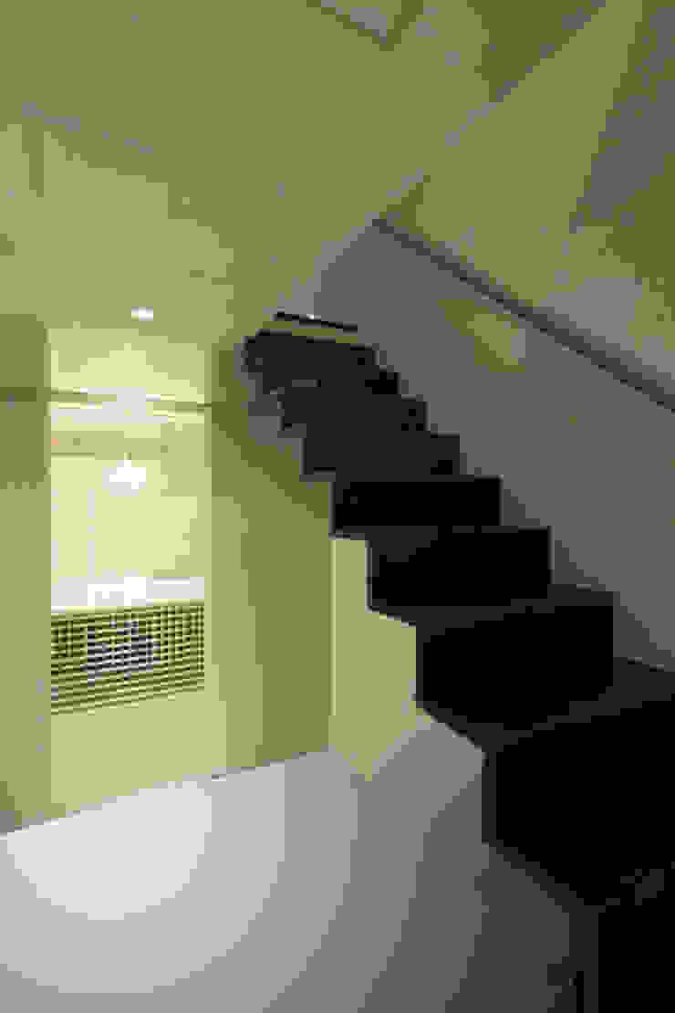 ねことひきこもる家 階段 モダンスタイルの 玄関&廊下&階段 の アーキシップス古前建築設計事務所 モダン