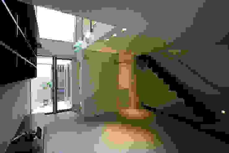 ねことひきこもる家 リビングから階段方向 モダンデザインの リビング の アーキシップス古前建築設計事務所 モダン