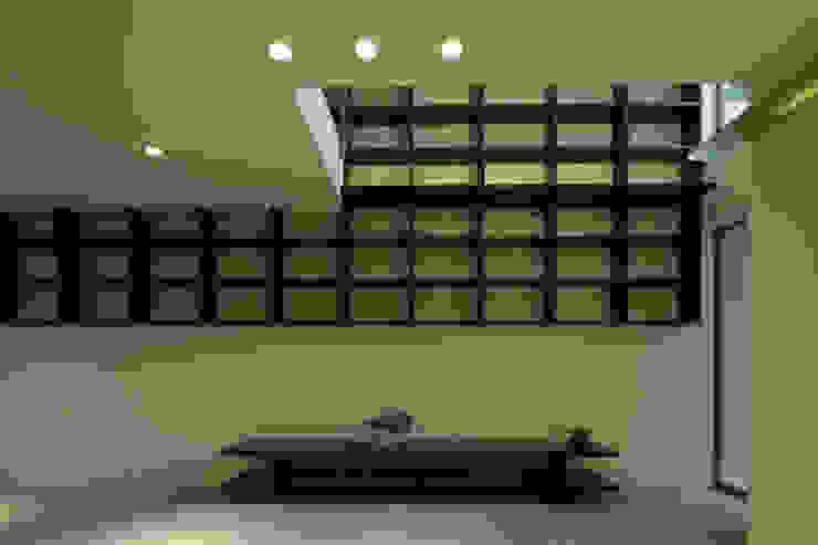 Livings de estilo moderno de アーキシップス古前建築設計事務所 Moderno